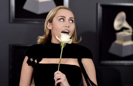 Miley Cyrus se apunta a la tendencia velvet con un jumpsuit en los Grammy 2018