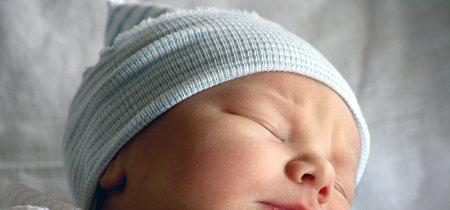 Un bebé nace durante un viaje en avión y la aerolínea le obsequia vuelos gratis de por vida