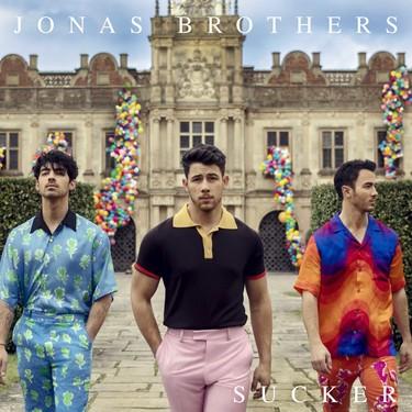 El regreso de los Jonas Brothers viene cargado también de mucho estilo y color para la primavera