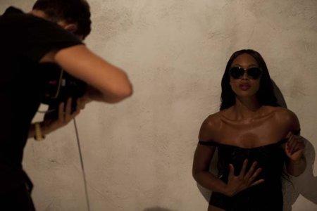 Naomi Campbell irresistible con Dolce&Gabbana: encaje hasta en las gafas