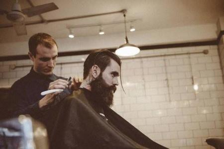 El extraño gentleman Ricki Hall nos enseña la nueva tendencia en peinados