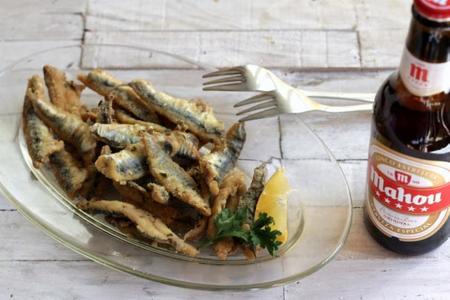 Boquerones fritos marinados y una cerveza Mahou, receta de aperitivo para el fin de semana
