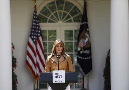 El blanco vuelve a conceder a Melania Trump uno sus mejores looks, esta vez combinado con una chaqueta de piel de casi 6.000 euros