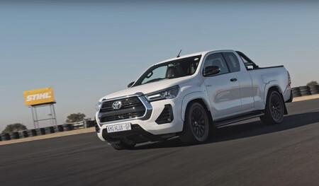 """La """"Toyota-AMG Hilux 63"""" existe... por algún motivo, y lleva un colosal V8 de 6.2 litros"""