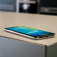 Europa estudia un puerto universal de carga para móviles, haciendo peligrar el Lightning de Apple