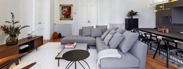 Un gran salón-comedor de diseño con una discreta cocina integrada, claves de la reforma de un apartamento en la modernista Casa Burés