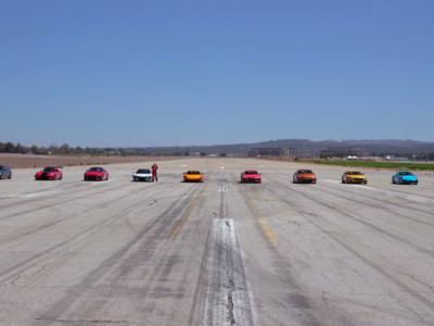 Doce de los mejores súper autos se enfrentan en una competencia de aceleración