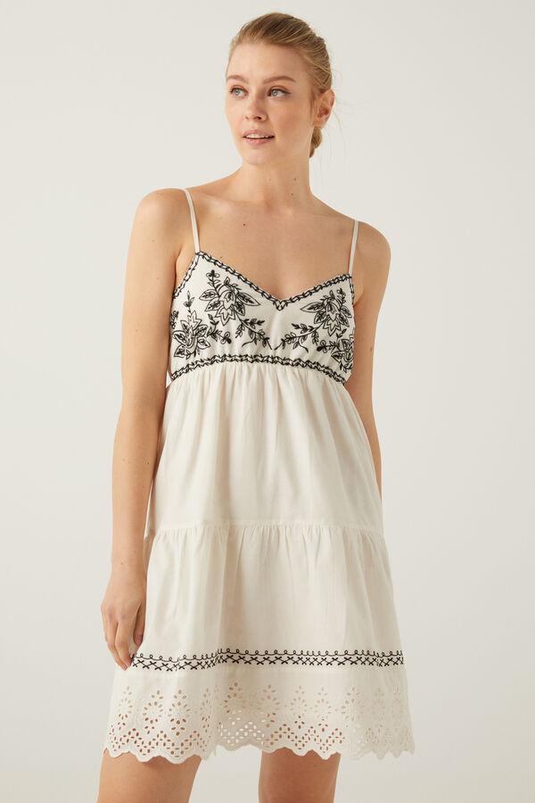 Vestido corto bordados contraste