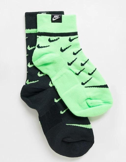 Pack de 2 pares de calcetines con logo en negro y verde de Nike.