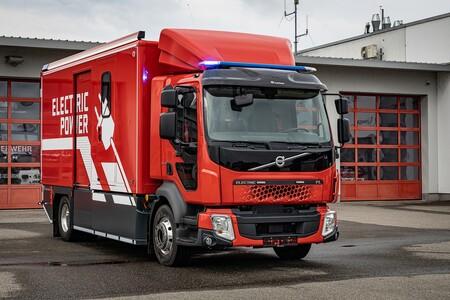 Este camión de bomberos eléctrico con base Volvo reducirá emisiones mientras combate el fuego