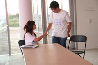 Si no sabes romper el hielo en una conversación, esta camiseta te ayuda a socializar