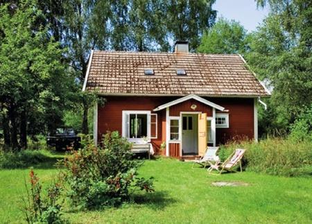 Puertas abiertas: una pequeña casa de campo en Suecia