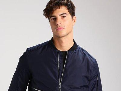 ¿Necesitas una chaqueta? En Zalando tienen una bomber de la marca Kiomi rebajada un 60%, ahora por sólo 23,95 euros