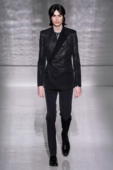 La Alta Costura De Givenchy Se Pinta De Blanco Y Negro En Sofisticados Looks Masculinos 2