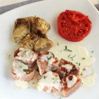 Tacos de solomillo de cerdo con alcachofas y salsa de queso, receta completa para plato único
