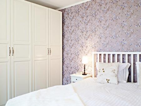 Dormitorio nórdico con pared de flores