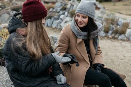 madre e hija adolescente hablando