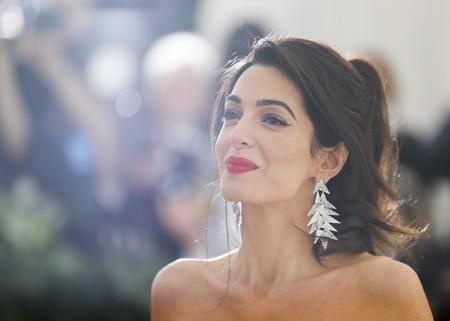 Gala MET 2018: Amal Clooney rejuvenece (y enamora)