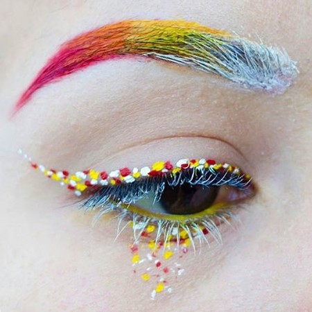 ¿Cansada del clásico eyeliner? Pues toma nota de esta vuelta de tuerca