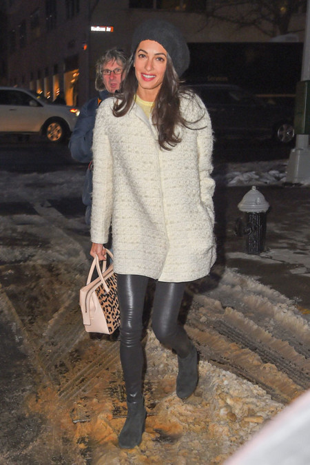 Amal Clooney abrigo look