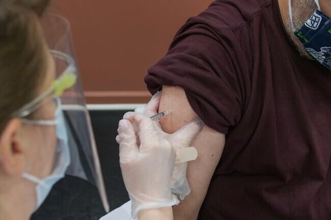La estrategia de vacunación en España no se altera: Sanidad no espaciará la segunda dosis de Pfizer y Moderna