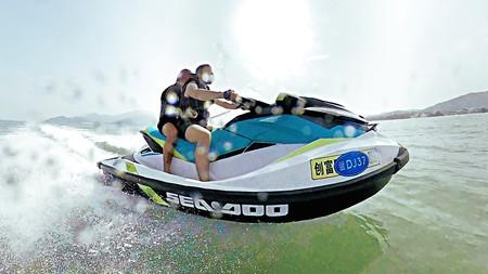 Vicesat, en moto de agua con un amigo.