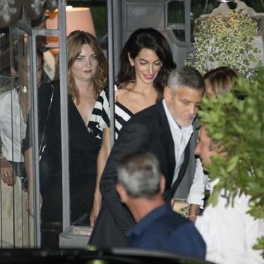 Amal Clooney vuelve a apostar por las rayas blancas y negras en una romántica cena en el Lago di Como con George Clooney