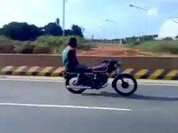 El Pensador, en versión moto pakistaní