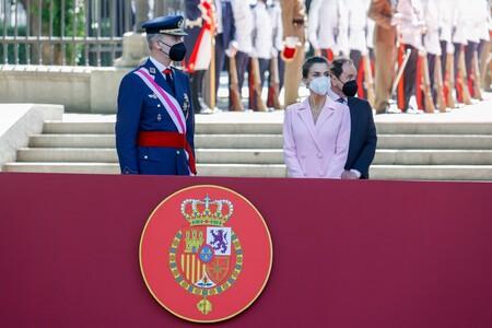 La reina Letizia luce un precioso abrigo-vestido en rosa para celebrar el Día de las Fuerzas Armadas 2021