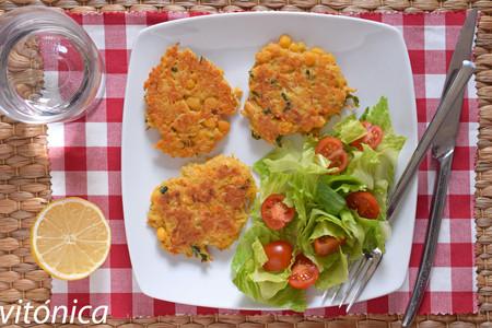 Latkes o tortitas de garbanzos, patata y zanahoria: receta saludable