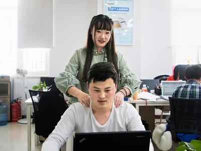 """En China buscan """"chicas atractivas"""" para dar masajes a programadores"""