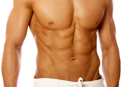Tres rutinas con toallas para trabajar tu abdomen intensamente sin salir de casa