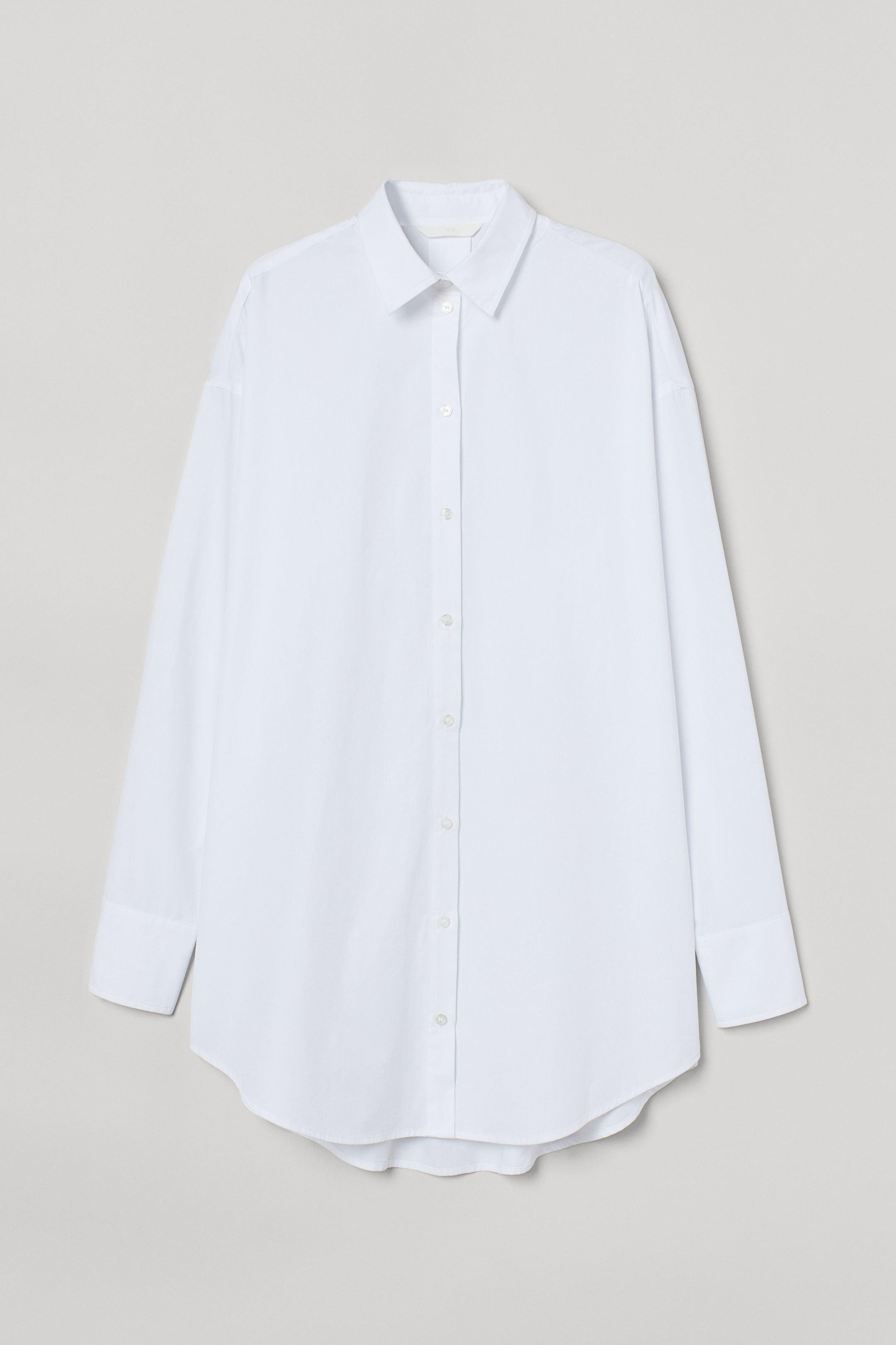 Camisa holgada en tejido de algodón. Modelo de manga larga con cuello clásico, botones delante, hombros caídos y puños sencillos. Pliegue de caja en la espalda y bajo redondeado.