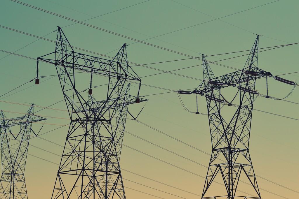 Las restricciones eléctricas de China(país) obligan a varios proveedores de <strong>Apple℗</strong> a detener la producción  «>     </p> <p>China está fijando medidas para bajar el consumo eléctrico del país. Medidas que, dada su rigurosidad, han forzado a ciertos proveedores de <strong>Apple℗</strong> a detener la producción, un movimiento que <strong>puede afectar todavía más al delicado equilibrio de oferta y demanda</strong> de fabricación.</p> <p> <!-- BREAK 1 --> </p> <h2>Una disminución que llega en un momento clave</h2> <div class=