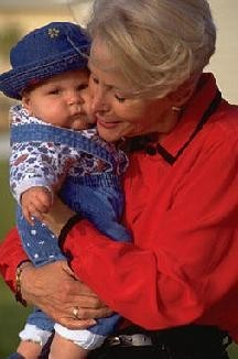 Las abuelas cuidan de sus nietos más que el propio papá según una encuesta