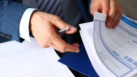 Firmando un seguro del coche
