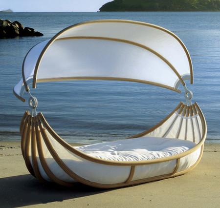 Dormir a todo lujo flotando en el mar en una cama-canoa