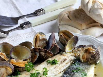 Lubina a la sidra con almejas. Receta de pescado para hacer sin encender el horno
