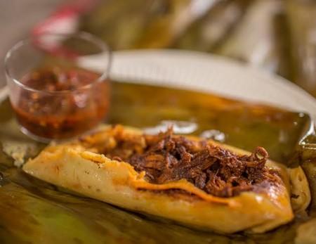 Tamales de mole negro en hoja de plátano. Receta tradicional mexicana