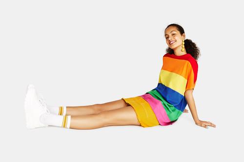 Si el street style se ha teñido de arcoíris es gracias a Bershka y estas 8 prendas multicolor