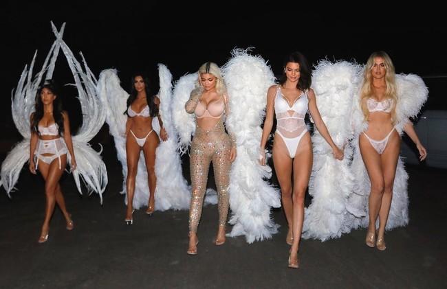 Solo podían hacerlo ellas: las Kardashian/Jenner se montan su propio desfile de Victoria's Secret por Halloween