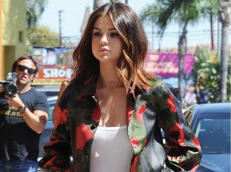 Las flores protagonizan el look de Selena Gomez, dejando claro que la primavera mola mucho