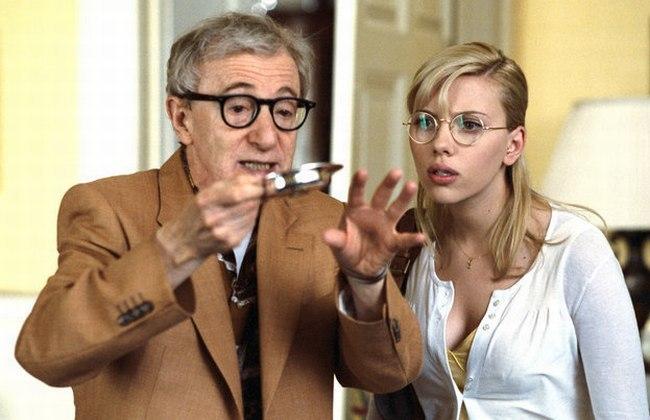 Woody Allen y Scarlett Johansson en una escena de Scoop