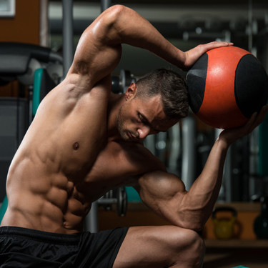 Tres rutinas para entrenar con balón medicinal en poco tiempo