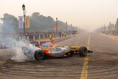 Adam Khan será el piloto en los roadshows de Renault