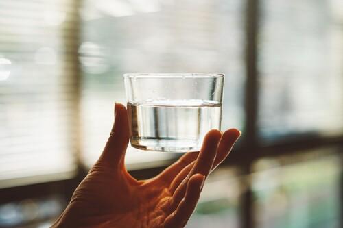 Si en casa bebes agua embotellada, olvídate de pelear con las garrafas: cinco dispensadores de agua que te harán la vida mucho más fácil
