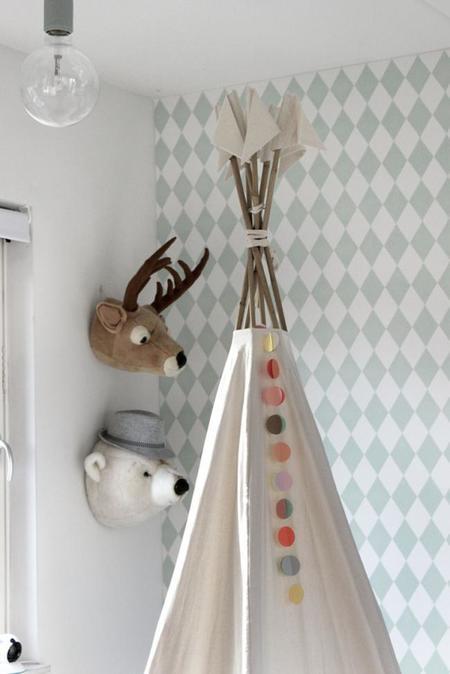 dormitorio infantil en tonos neutros y estampados gráficos