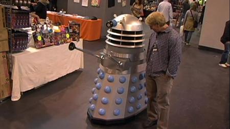 George Hardy, uno de los protagonistas de Troll 2, con un Dalek
