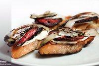 Crostini de salami y endivia con vinagre de Módena. Receta