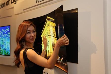 Este panel OLED de LG no solo tiene menos de 1 mm de grosor, también se pega y despega de la pared